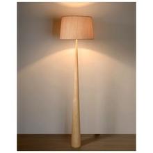 Skandynawska Lampa podłogowa drewniana z abażurem Conos 48 Jasne Drewno Lucide do czytania w salonie.