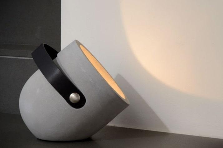 Szara lampa betonowa stołowa Copain do salonu w stylu industrialnym