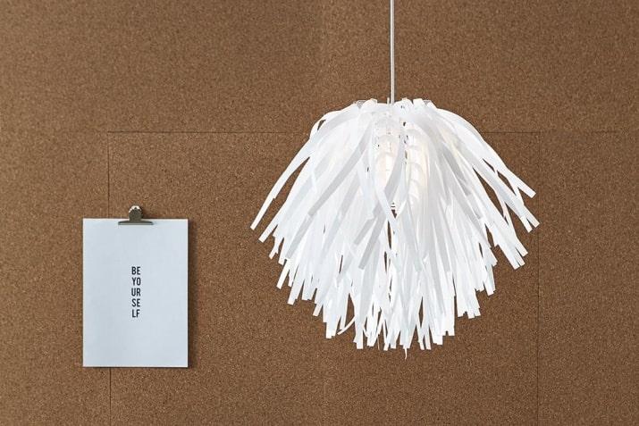 Biała lampa wisząca z tworzywa Flora z dekoracyjnym kloszem