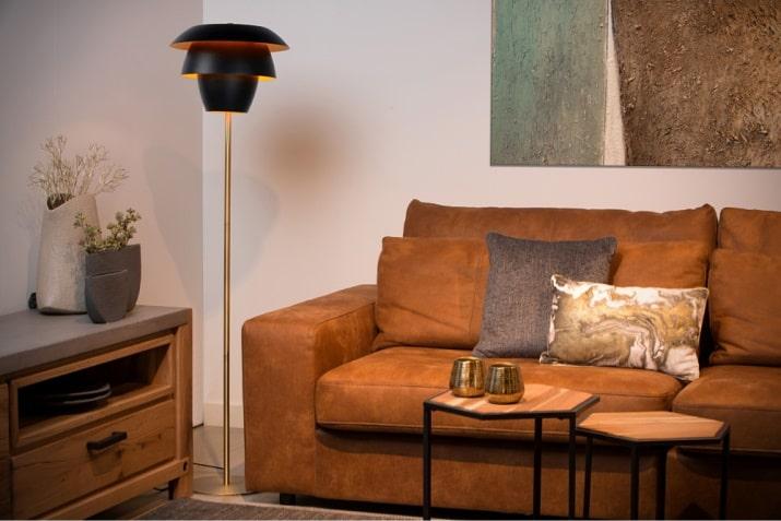 Czarna lampa podłogowa Jericho z mosiężną podstawą do salonu