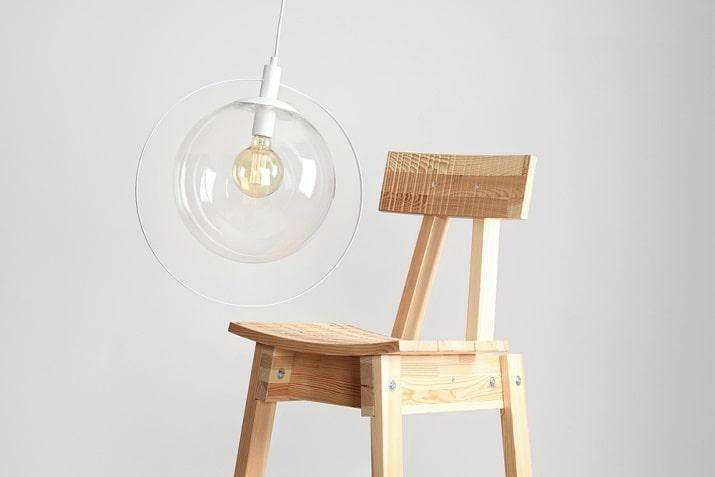 Skandynawska lampa wisząca szklana kula Aura z dekoracyjnym elementem.