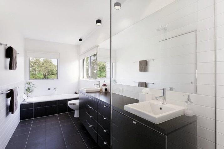 Czarna lampa spot do łazienki Fallon